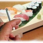 【報告者がキチ】タバコも吸える寿司屋で一服したら、来たばかりの女の集団が嫌そうな顔して席を移動しようとした。あまりにも腹が立った俺は…