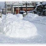 【GJ】うちの車庫の前にしょっちゅう迷惑駐車をしているワゴン車を発見した俺たちの行動。俺→雪を車に盛り付けてかまくら作成、おかん→かまくらに水噴射、そして親父wwwww
